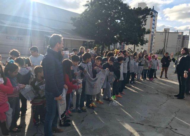 Doação de camisetas do uniforme escolar EEEF Monte Castelo
